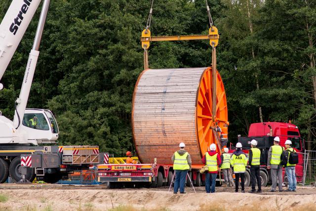 """""""NordBalt"""" jungties vasaros darbų pabaigtuves vainikuoja kabelio traukimas po Kuršių mariomis"""
